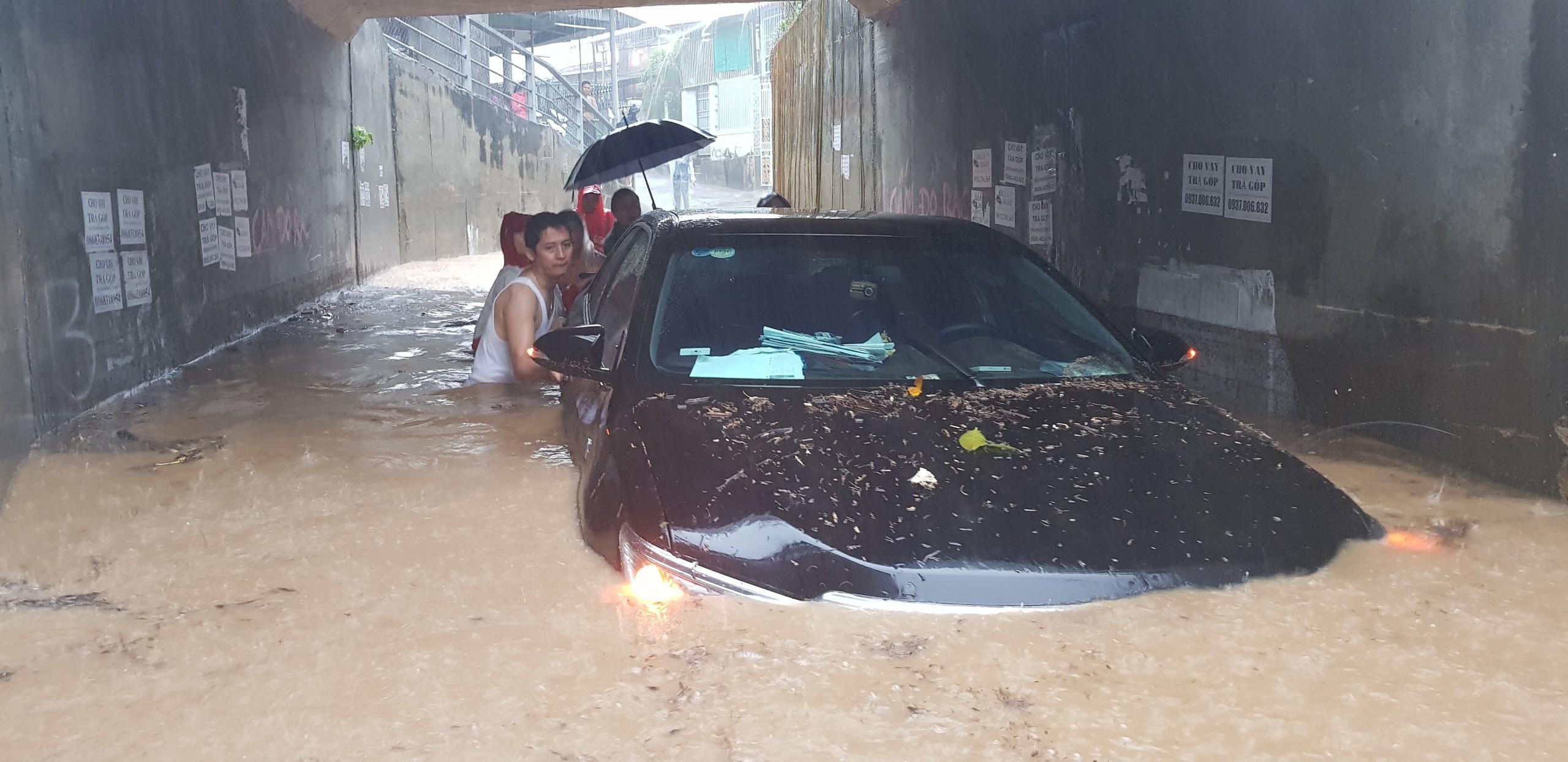 Tang thương ở Nha Trang: 12 người chết, xế hộp chìm nghỉm trong biển nước
