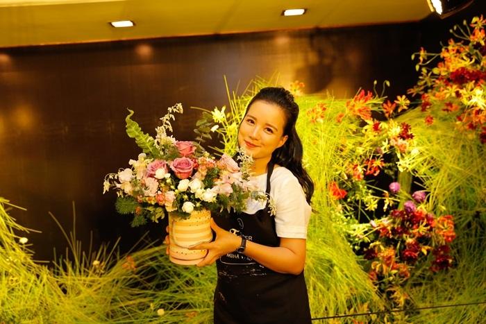 Vân Hugo trổ tài cắm hoa cùng hoa hậu Dương Thùy Linh