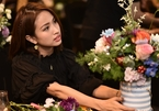 "Van Hugo with her flowers and Mrs. Duong Thuy Linh ""width ="" 145 ""height ="" 101"