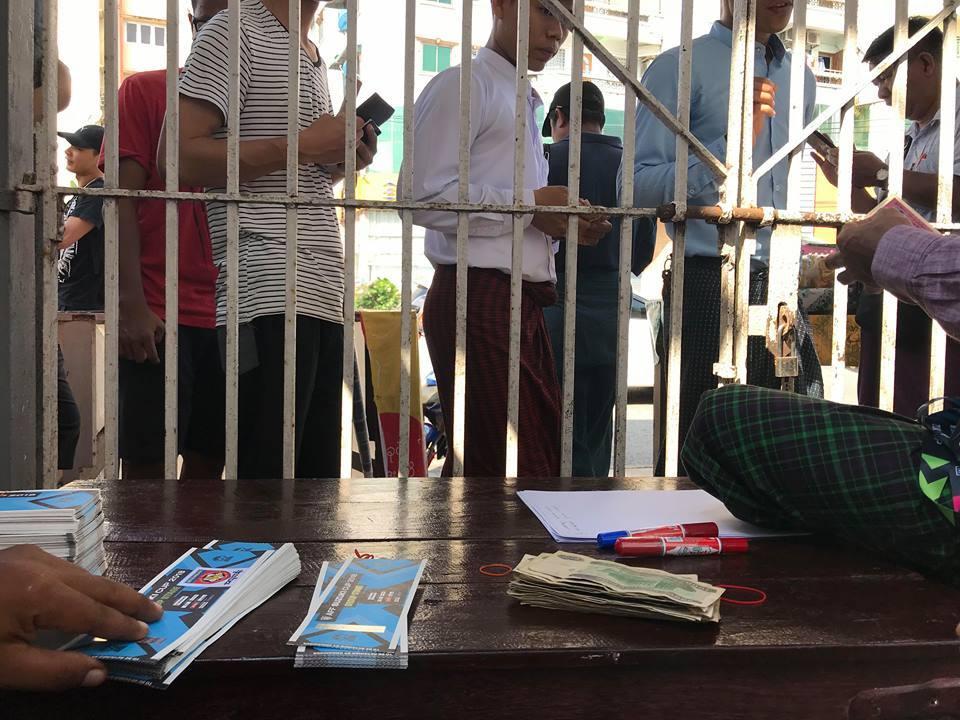 Vé rẻ bằng 1/5 ở Việt Nam, CĐV Myanmar trật tự xếp hàng
