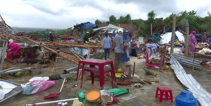 Lốc xoáy càn quét qua Gành Đá Đĩa, 13 du khách bị thương