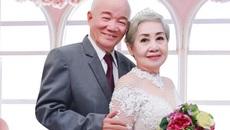 Cụ ông Sài Gòn chải tóc cho người bạn đời trong tiệm áo cưới