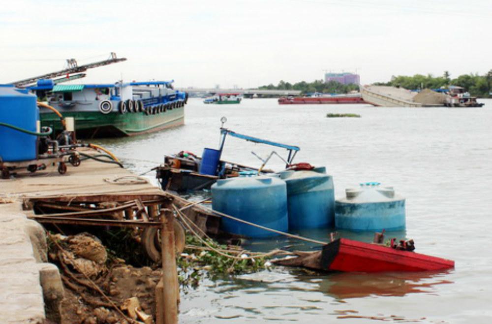 Thuyền chở hàng chục tấn hóa chất chìm trên sông Đồng Nai