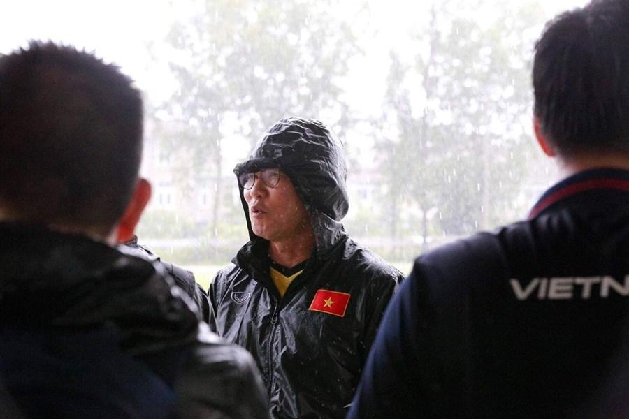 Tuyển Việt Nam suýt huỷ tập ở Myanmar vì... mưa