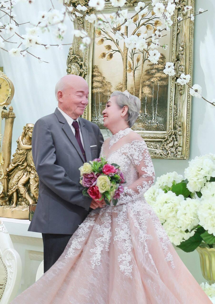 Khoảnh khắc hạnh phúc trong ngày kỷ niệm cưới của cặp vợ chồng già.