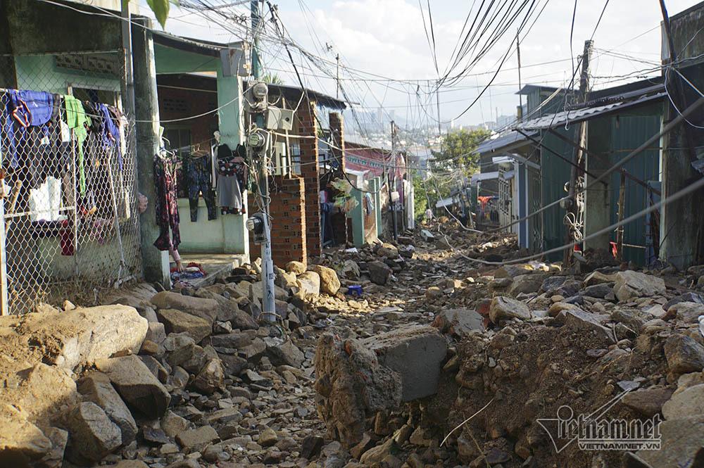 Đá tảng lao sập nhà, xóa sổ một góc xóm núi Nha Trang