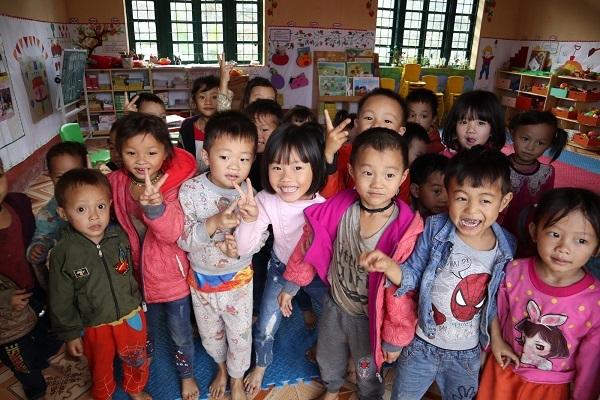 Lương Giang sưởi ấm trái tim các em nhỏ ở Lào Cai