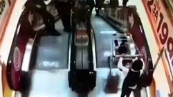 Thót tim cảnh anh đẩy xe hàng chở em trai xuống thang máy