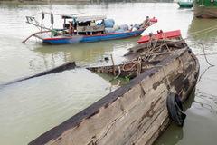 Trục vớt hết 26 tấn axit chìm dưới sông Đồng Nai