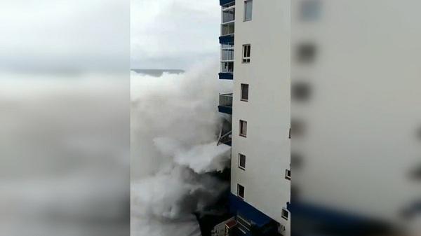 Sóng dữ phá hủy ban công chung cư sát biển