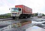 Xe tải sập ổ gà, lạc tay lái lật bẹp dúm trên quốc lộ 1