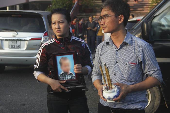 Anh Trần Hoàng Phương (anh ruột Trần Hoàng Ph) cùng người thân đưa di