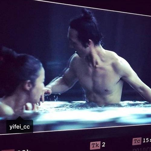 Lưu Diệc Phi thân thiết với đạo diễn 'Hoa mộc lan' trên phim trường