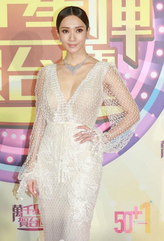 Hoa hậu Hong Kong 2016 hớ hênh với mốt không nội y trên thảm đỏ TVB