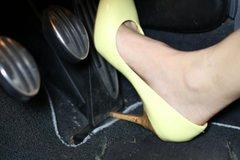 Tránh đạp nhầm chân ga với chân phanh, cần lưu ý gì khi lái xe?