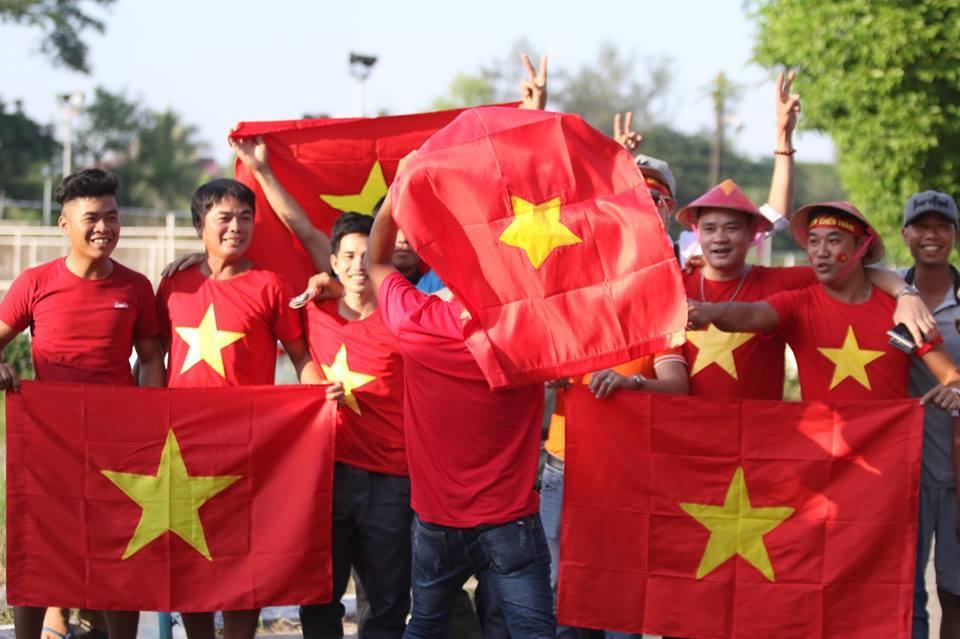 CĐV Việt Nam ùn ủn kéo tới sân Thuwunna tiếp lửa tuyển Việt Nam
