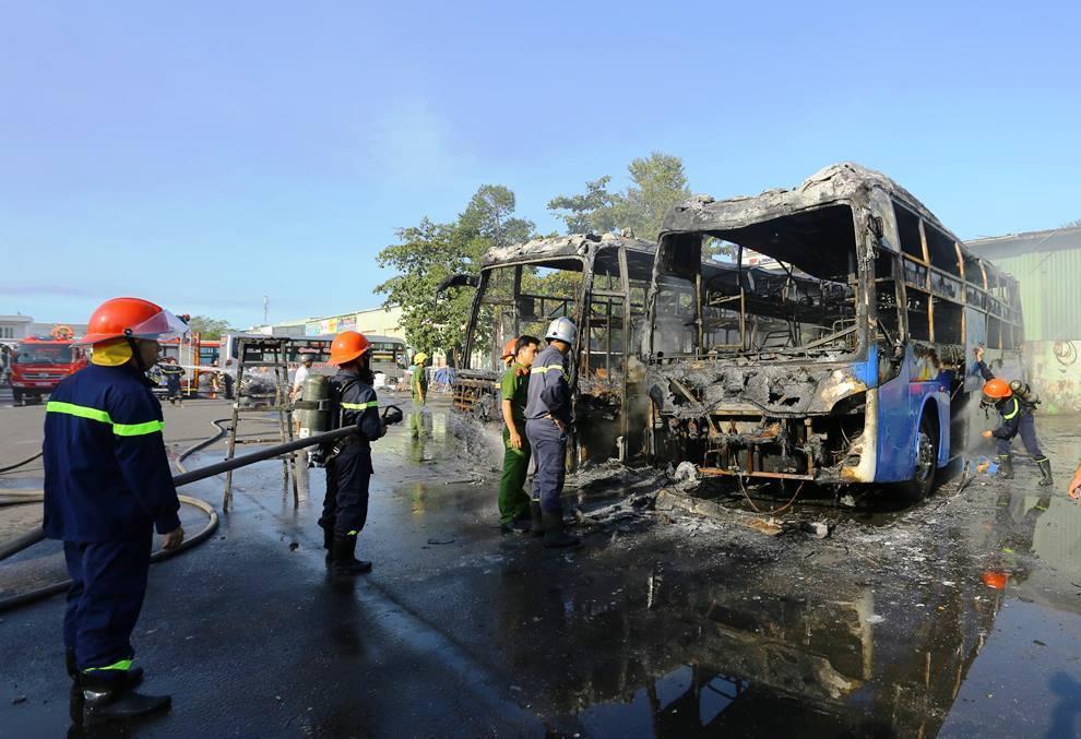 Đà Nẵng: 2 xe giường nằm bốc cháy dữ dội, kèm nổ lớn trong bến