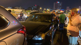 5 xe tông liên hoàn trên cầu vượt Hàng Xanh, giao thông tê liệt