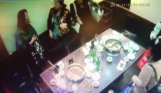 Cả đoàn rời đi và không ai thanh toán bữa tối vì nghĩ rằng người còn lại đã chi trả. (Ảnh: Internet)