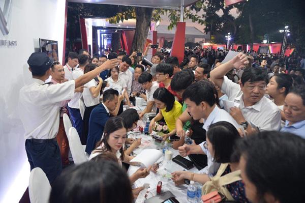VinFast white gown 'sốc', người dân xếp hàng mua xe trong đêm