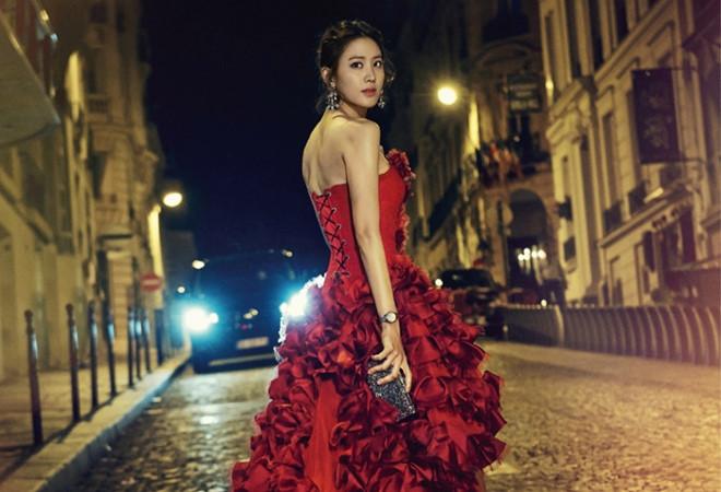 Claudia Kim có tên tiếng Hàn là Kim Soo Hyun. Cô sinh năm 1985 tại Seoul nhưng từ năm 5 tuổi đã sang Mỹ cùng gia đình. 11 tuổi,Claudia Kim trở lại Hàn Quốc và thường xuyên đi đi lại lại giữa Hàn Quốc và Mỹ.