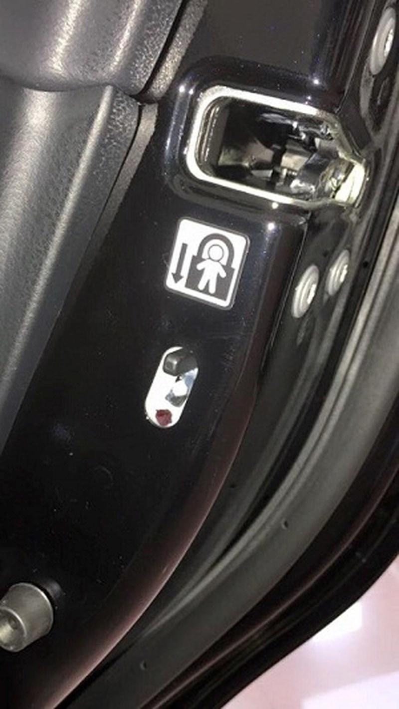 Mở cửa ô tô tưởng dễ mà khó