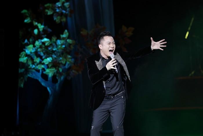 Tùng Dương vui đùa với con trước giờ ra sân khấu