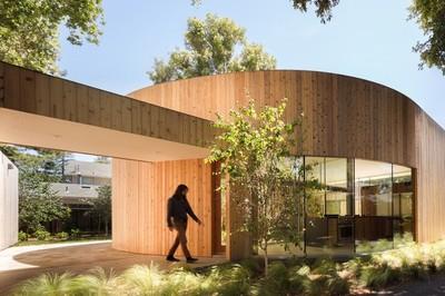 Ngôi nhà ẩn mình sau lớp hàng rào trông như lô cốt