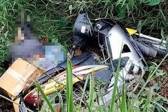 Tá hỏa thấy thi thể người đàn ông bên vệ đường dưới xe máy
