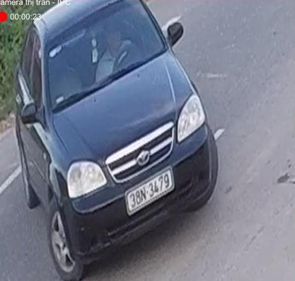 Người đàn ông lái ô tô vứt hàng chục bao rác ra đường