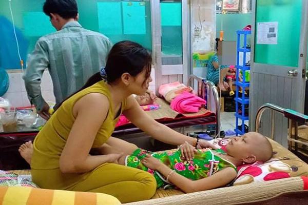 Bé gái dị tật đau đớn phát hiện mắc bệnh ung thư