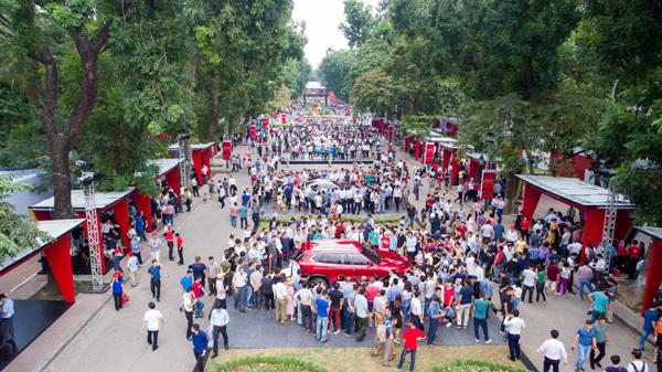 Hàng nghìn người chen lấn đặt mua xe VinFast