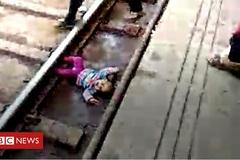 Lọt thỏm cạnh đường ray, bé gái thoát chết kỳ diệu