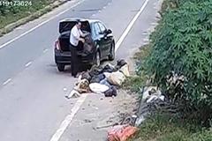 Người đàn ông đi ô tô vứt rác xuống đường bị phạt 3 triệu đồng