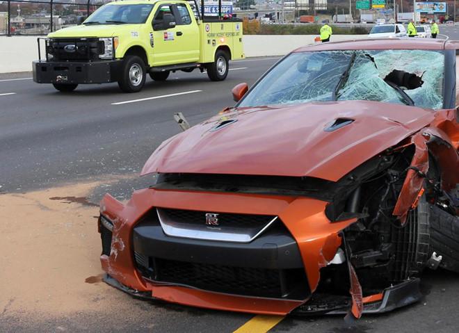 Bê tông rơi trúng siêu xe, một người chết
