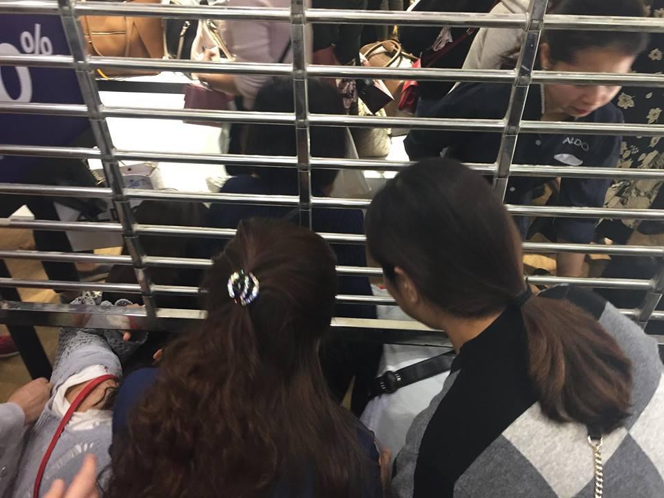 Black Friday: Quý cô thi nhau trườn bò qua cửa hẹp 'giật' đồ hiệu