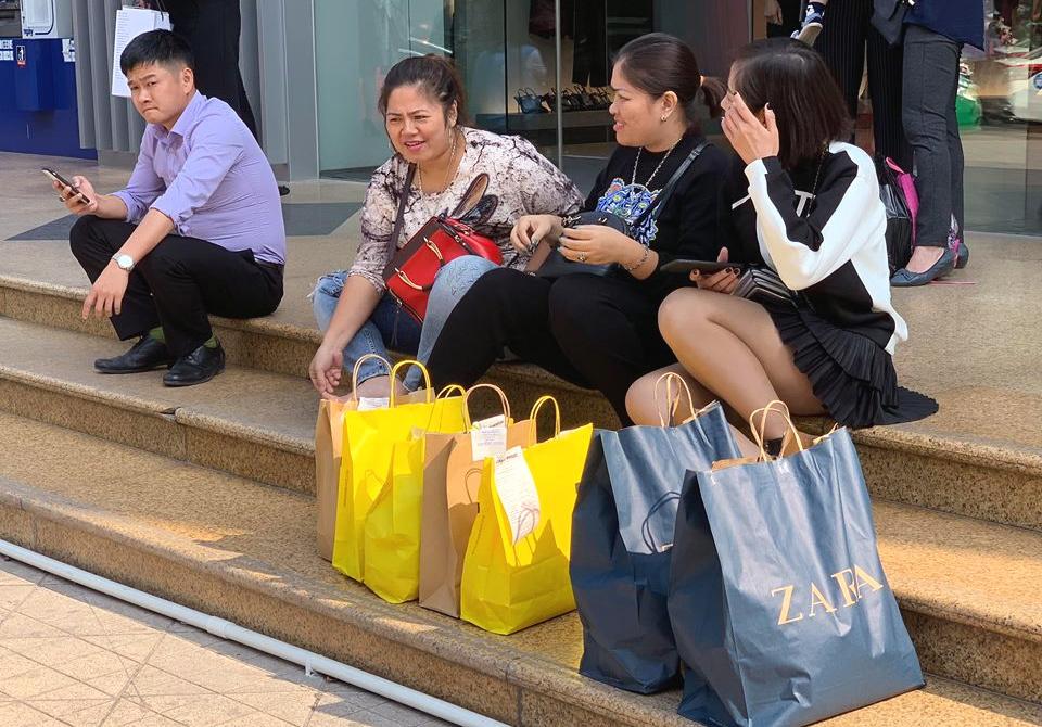 Mẹ già 70 tuổi bơ phờ chen lấn mua tặng 2 con dâu bộ nồi giảm giá