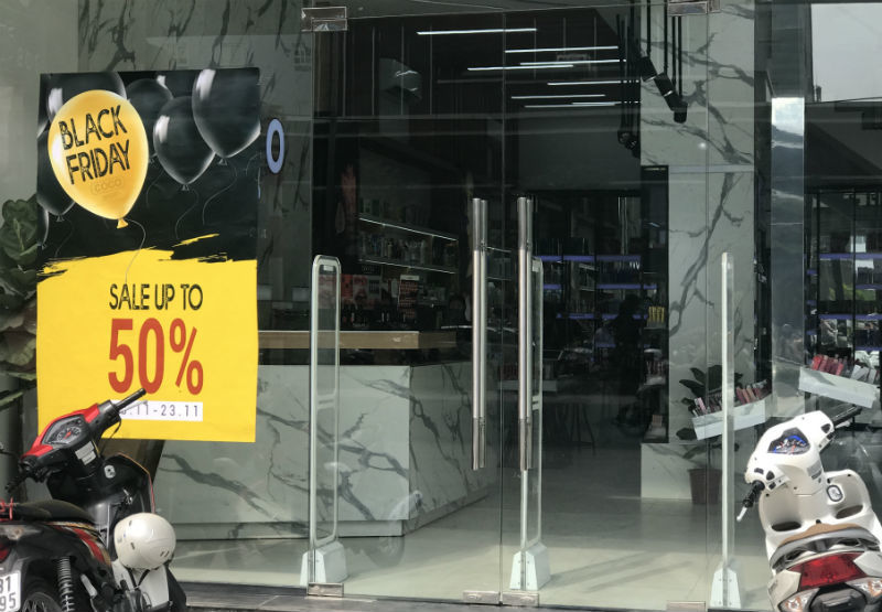 Nơi đây Black Friday rất lạ: Mời chào giảm giá 70% vẫn ế dài cổ