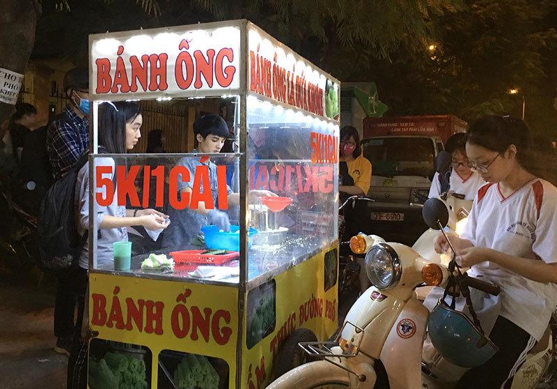 Bán bánh lạ bọc ống inox: Bám vỉa hè Hà Nội, chàng trai thu 70 triệu/tháng