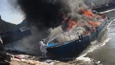 Tàu cao tốc 96 chỗ cháy ngùn ngụt trong cảng Cái Rồng