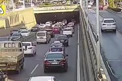 Nhầm chân ga, nữ tài xế tông liền 9 chiếc xe