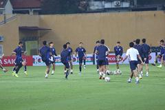 """""""Messi Campuchia"""" đạp cỏ Hàng Đẫy, tập kín chờ đấu tuyển Việt Nam"""