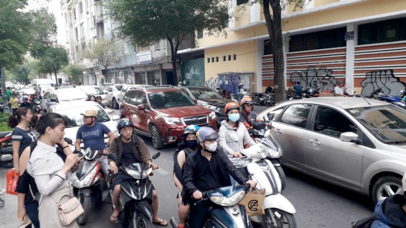 Người Sài Gòn chen chân từ sáng tới tối mua đồ ngày Black Friday