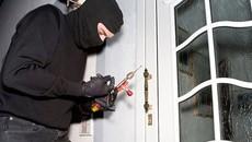 Ở chung cư cao cấp, cư dân vẫn phát hoảng vì… trộm phá cửa 'ghé thăm'