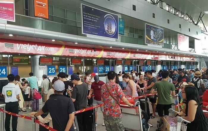 Khi 'thượng đế' túm cổ, đạp lăn lóc nữ nhân viên giữa sân bay
