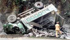 Xe tải mất lái đâm vách núi, tài xế chết trong cabin