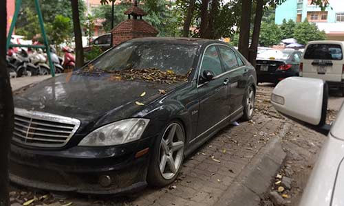 Xe sang Mercedes 10 tỷ phủ bụi trên phố Hà Nội