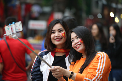 Fan nữ tạo dáng cực xinh tiếp lửa tuyển Việt Nam