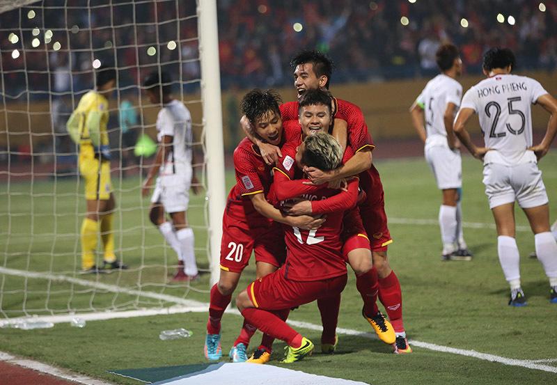 Quang Hải phấn khích 'đè' Hồng Duy ăn mừng