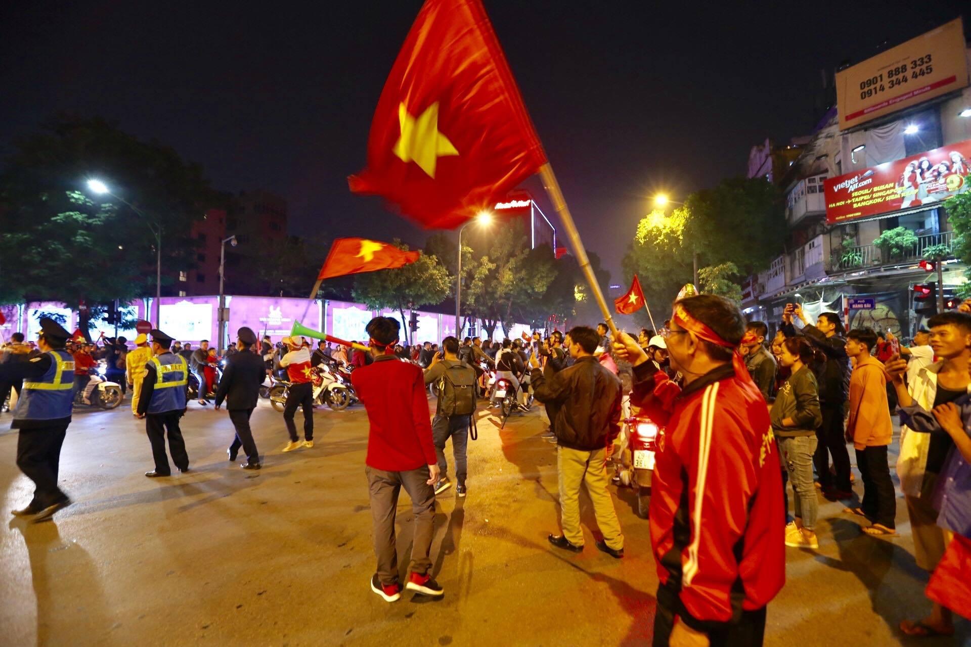 Việt Nam vào bán kết AFF Cup: Rầm rầm diễu hành quanh hồ Gươm